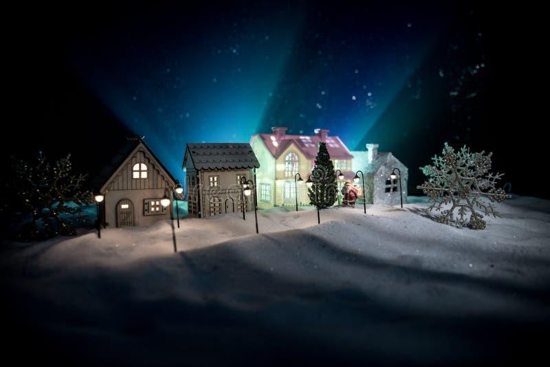 Små dekorativa hus, härlig festlig stilleben, gulliga små hus på natten, bakgrund för bokeh för nattstad verklig, lycklig vinter royaltyfri bild
