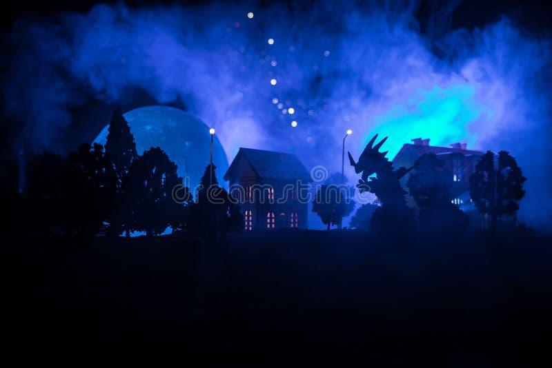Små dekorativa hus, härlig festlig stilleben, gulliga små hus på natten, sörjer glödande ljus för träd, lycklig vinterholida royaltyfria foton