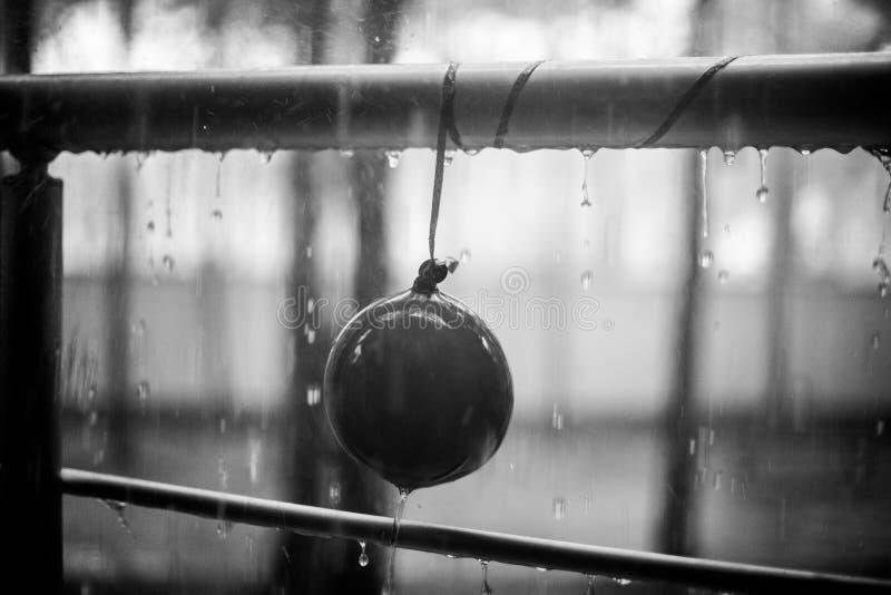 Små droppar på barnet sväller och belägger med metall ledstången, sommarregn, bnwfoto arkivbild