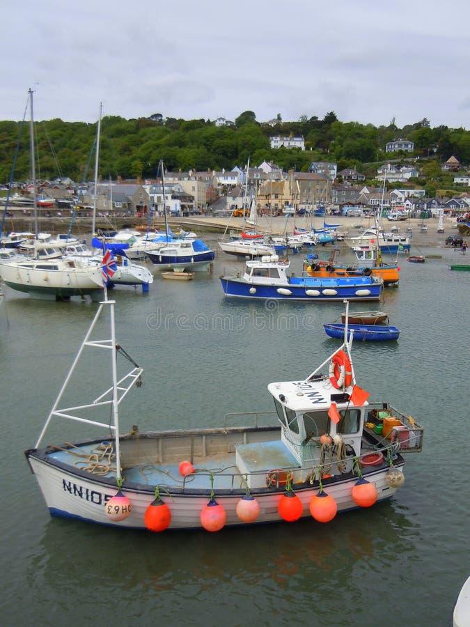 Små fartyg i fiskehamn arkivfoto