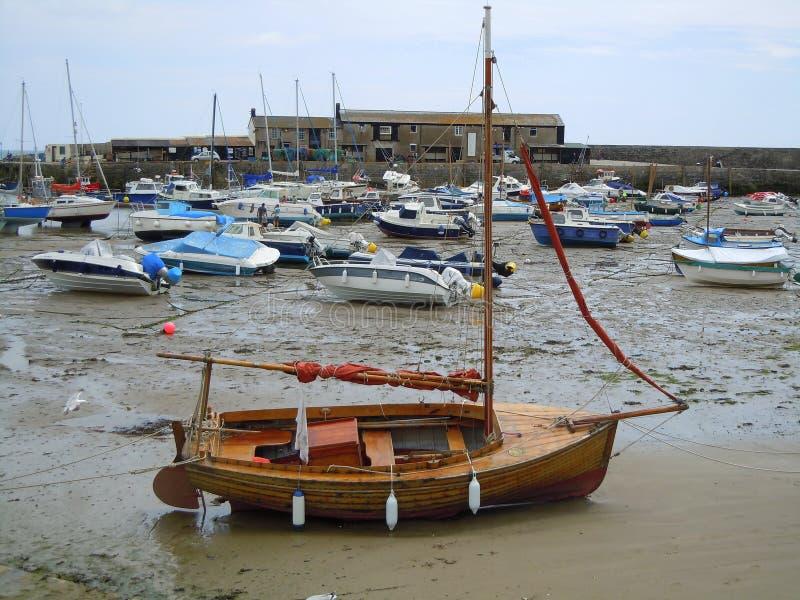 Små fartyg i hamn på lågvatten royaltyfri foto