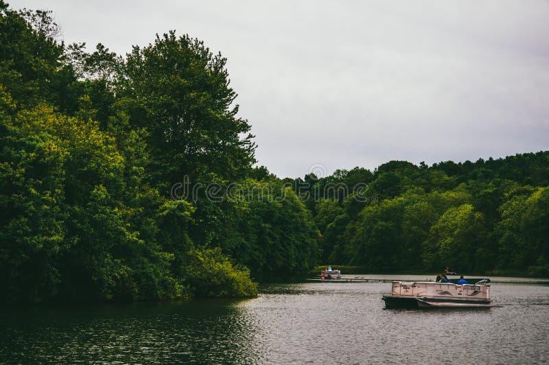 Små fartyg nära kusten av en liten vik på sjön Marburg, i Codorus royaltyfria foton