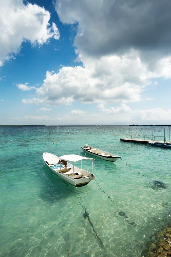 Små fartyg på den nusa penidaen sätter på land, Bali Indonesien royaltyfri foto