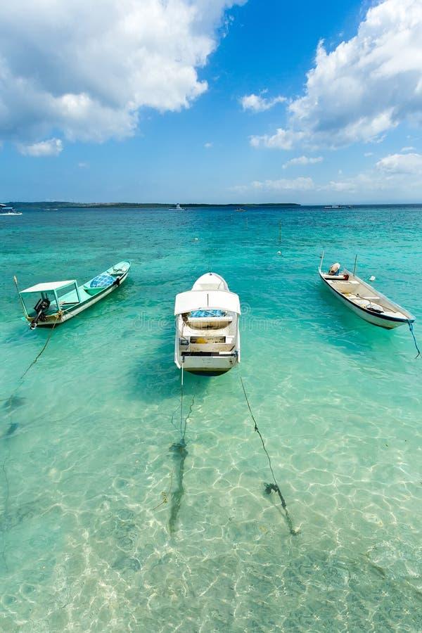 Små fartyg på den nusa penidaen sätter på land, Bali Indonesien, pastellfärgad färg royaltyfri fotografi