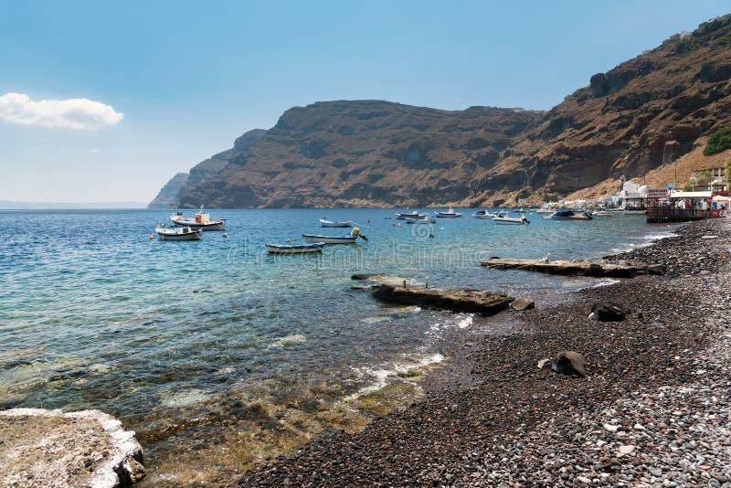 Små fartyg på lagun av den Tirassia ön Tirassia är en liten ö i caldera av den Santorini ön, Grekland arkivbild