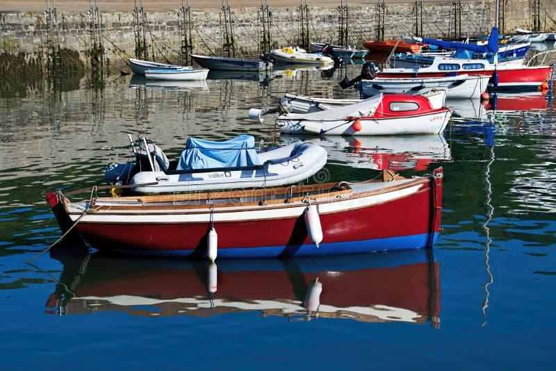Små fartyg på Lyme Regis Harbour arkivbilder