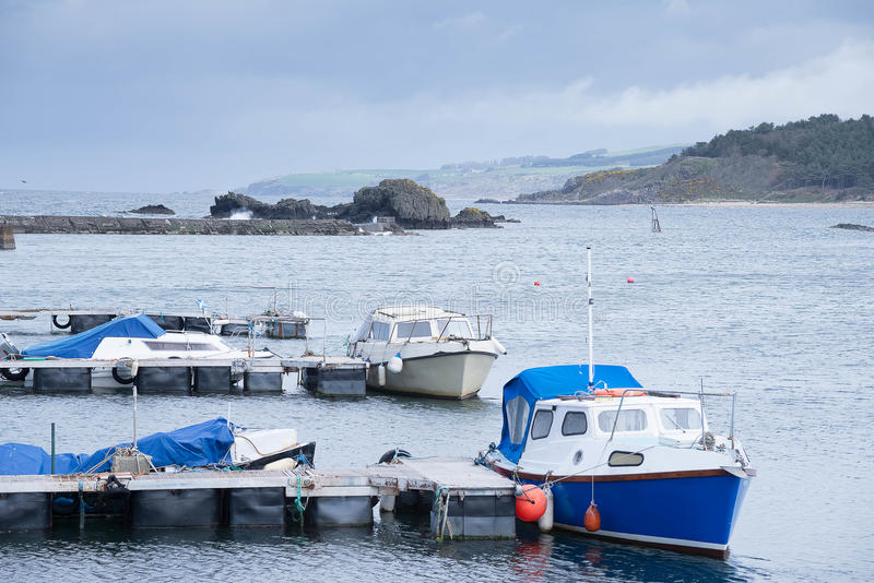 Små fartyg som beskyddar i jungfruhamn nära Girvan Skottland royaltyfri bild