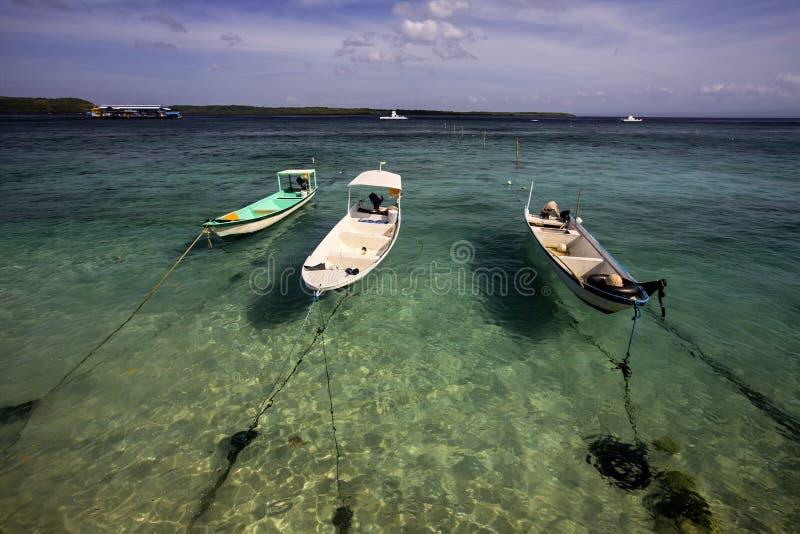 Små fartyg som binds upp på stranden, Nusa Penida, Indonesien arkivfoto