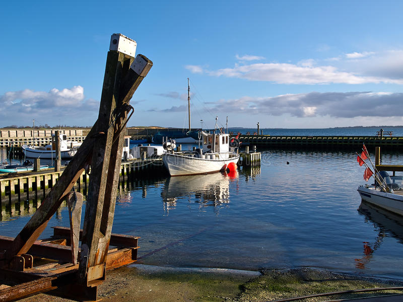 Små fiskebåtar i en hamn på Funen Danmark royaltyfri fotografi