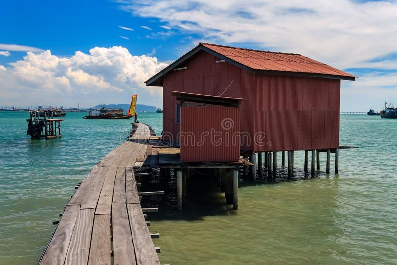 Små fiskehus på en träbro i Tan Jetty, en del av Clan Jetties, Georgetown, Penang, Malaysia royaltyfri foto