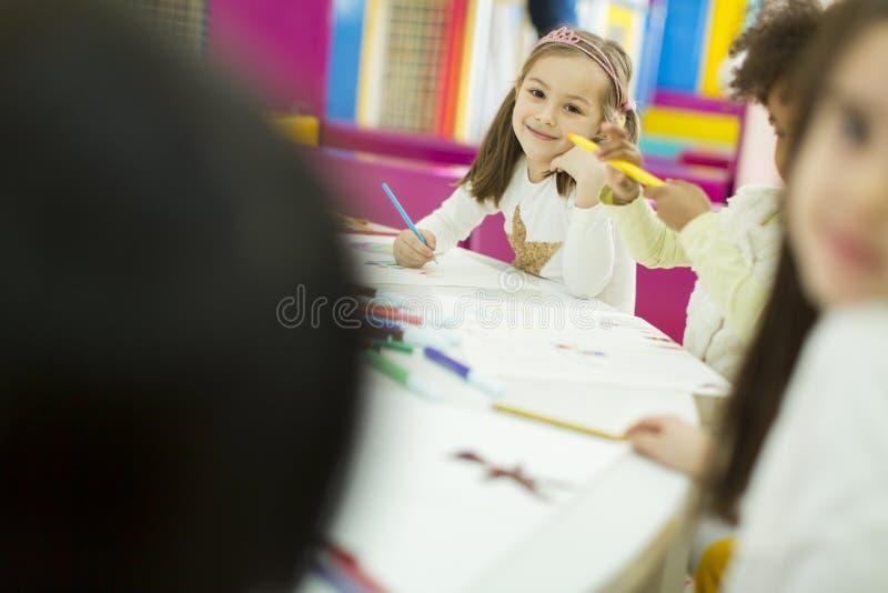 Små flickor i dagis arkivbilder