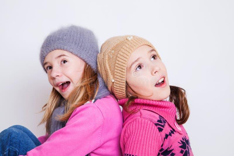 Små flickor lurar förvånat arkivfoton