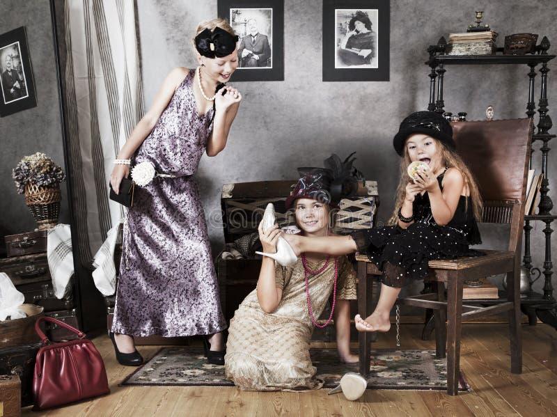 Små flickor med retro modetillbehör fotografering för bildbyråer