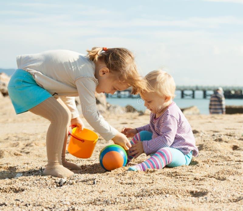 Små flickor på stranden royaltyfri foto