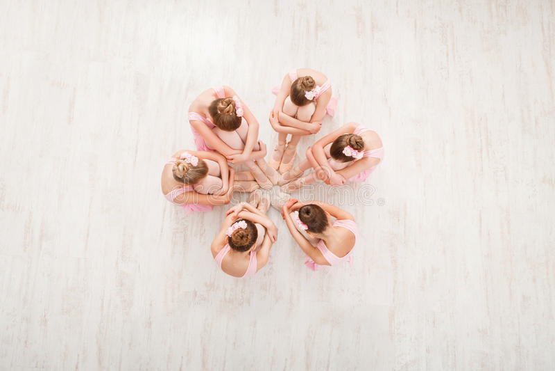 Små flickor som dansar balett i studio, bästa sikt fotografering för bildbyråer