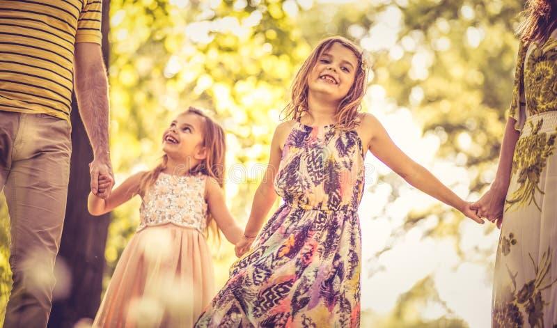 Små flickor som går honaturen med föräldrar royaltyfri bild
