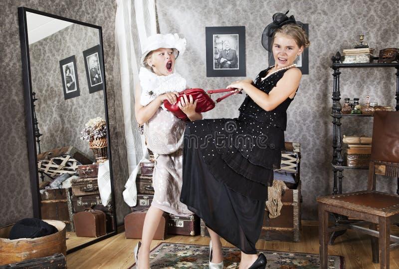 Små flickor som har argumentet för handväska royaltyfria foton