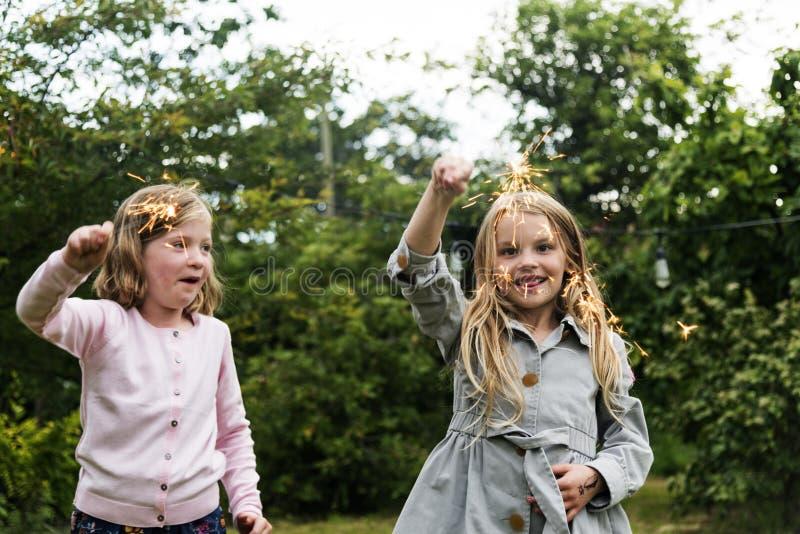 Små flickor som utomhus spelar begrepp arkivbilder