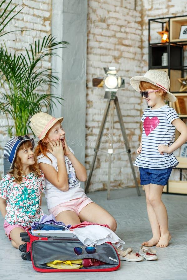 Små flickor väljer kläder för lopp Begrepp livsstil, chil royaltyfri fotografi