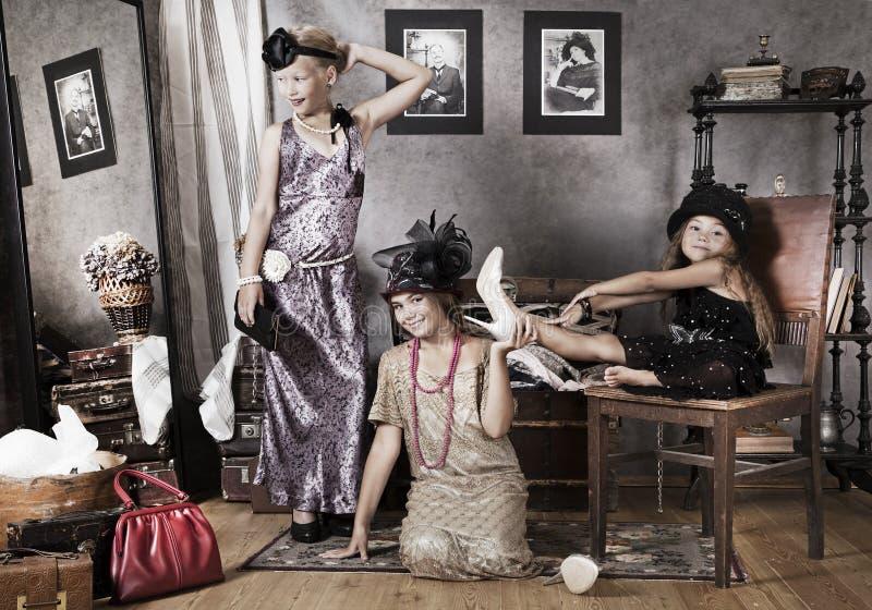 Små Gammal-mode flickor royaltyfria foton