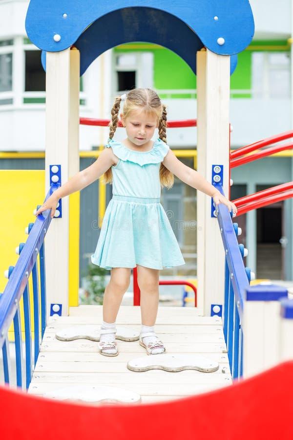 Små gladlynta flickalekar på lekplatsen Begreppet av barndom, livsstil, uppfostran, dagis royaltyfri fotografi
