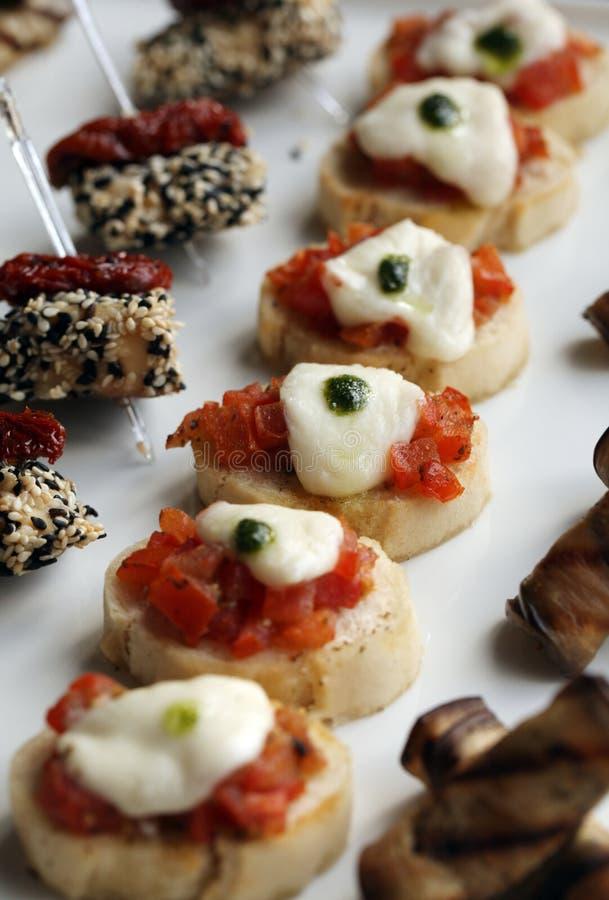 Små gourmet- mellanmål på en platta royaltyfri foto