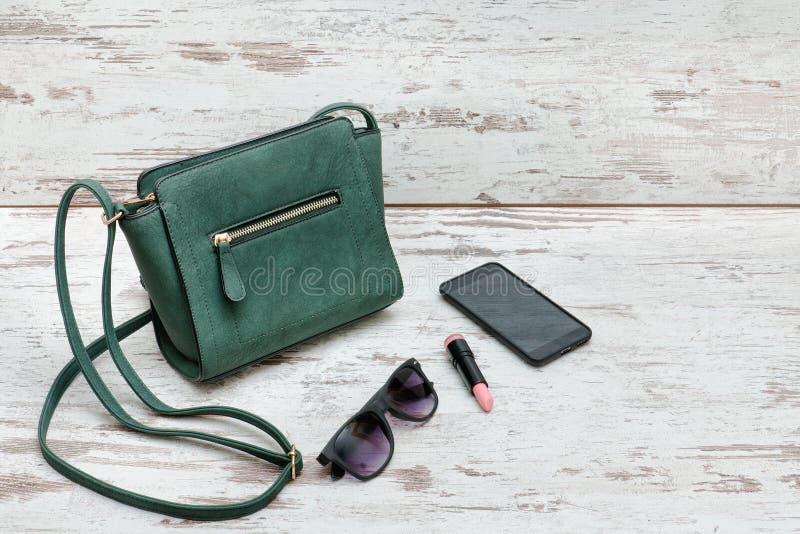 Gröna Damer Handväska, Solglasögon, Telefon Och Läppstift På