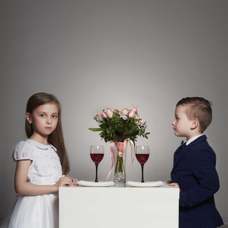 Små härliga par på ett datum skönhetflicka och pojke tillsammans royaltyfria foton
