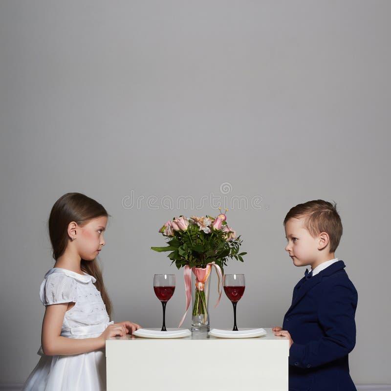 Små härliga par på ett datum skönhetflicka och pojke tillsammans royaltyfria bilder