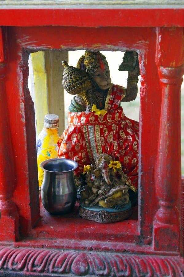 Små Hanuman och Ganesha statyer i litet hinduiskt altare på stränderna av Mauritius fotografering för bildbyråer