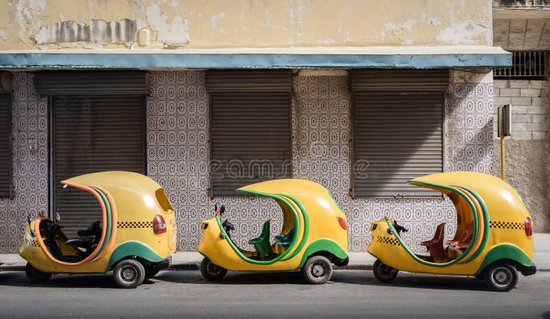 Små kubanska taxi i linje arkivbild