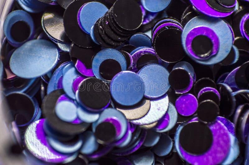 Små kulöra cirklar spikar konst och förlängningar under stelna royaltyfria foton