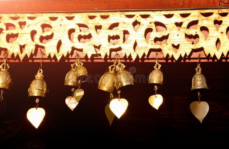 Små mässingsklockor på den buddistiska templet fotografering för bildbyråer