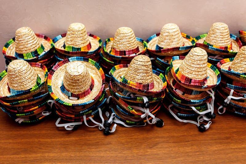 Små mexikanska hattar eller sombrero som överst staplas upp av de arkivfoto