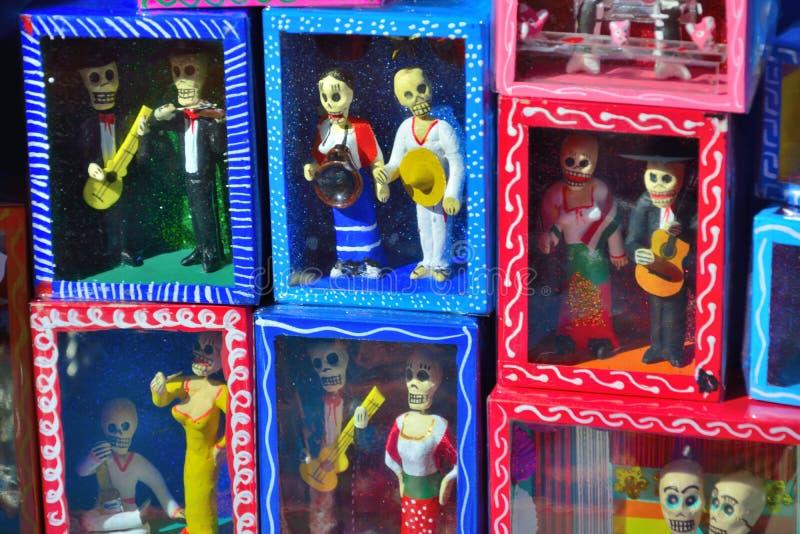 Små miniatyrmexikanska dockor arkivfoton