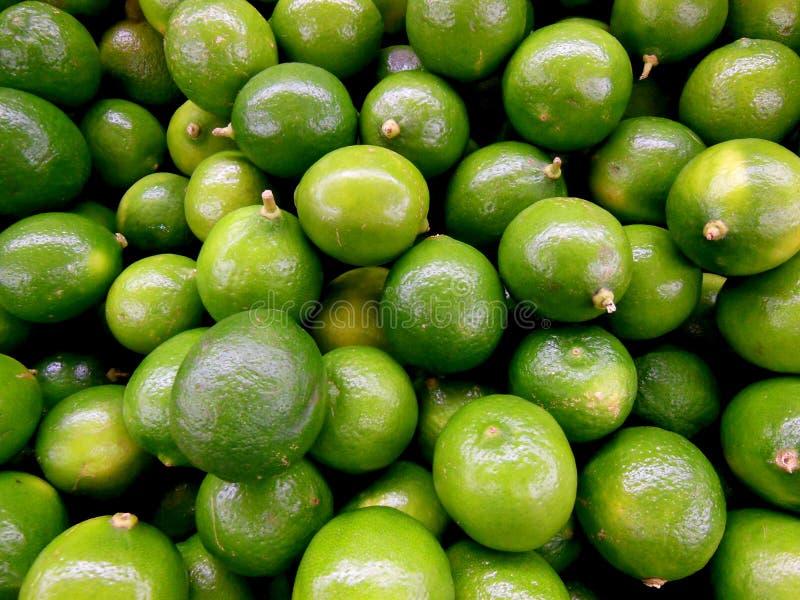 Små nyckel- limefrukter från lokal jordbruksproduktermarknad arkivbilder