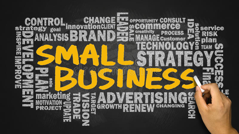 Små och medelstora företag med det släkta ordmolnet som är handskrivet på svart tavla arkivbilder