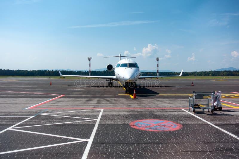 Små och medelstora företag pendlarestrålflygplan på flygplats arkivfoto