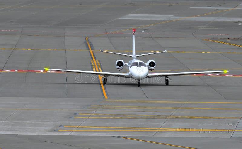 Små och medelstora företagstrålflygplan på landningsbanan royaltyfri foto