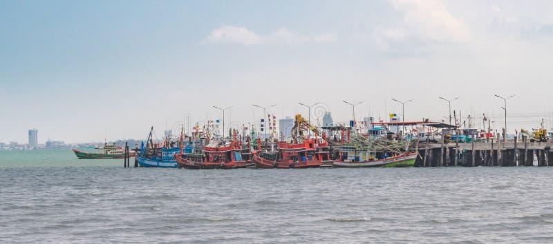 Små och stora träfiska hantverkfartyg anslöts på den lokala fiska pir på smällen Saray, ett härligt idylliskt fiskeläge in arkivbild