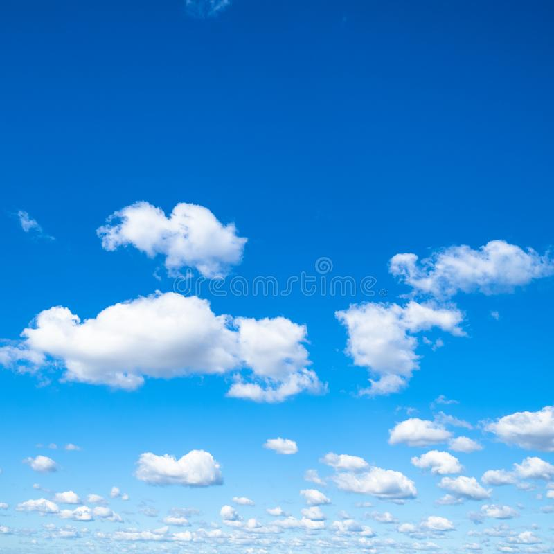 Små pösiga moln i blå himmel i solig dag royaltyfri fotografi