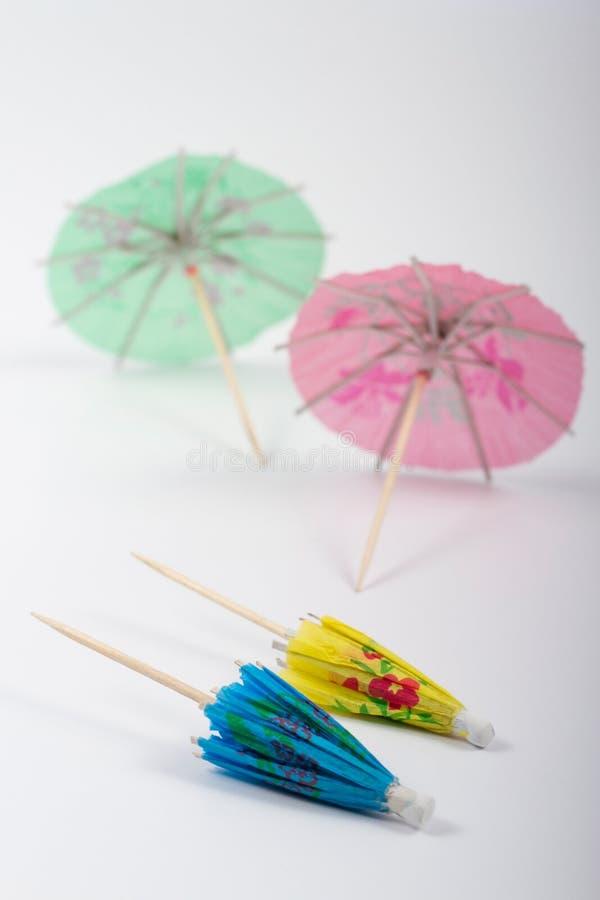 Små pappers- paraplyer arkivbilder
