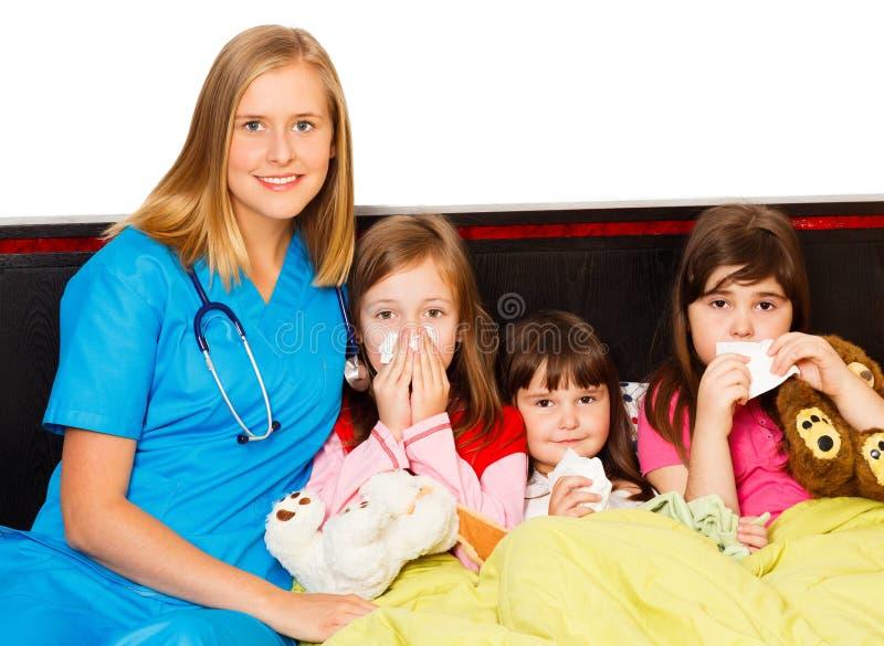 Små patienter och deras pediatriskt fotografering för bildbyråer