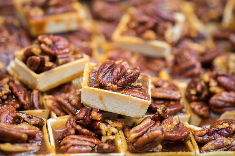 Små pecannöttarts som är till salu på den lokala staden, marknadsför royaltyfri fotografi