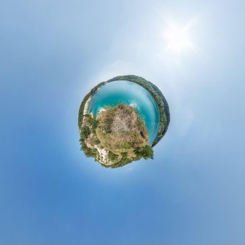 Små planetsomvandlingar av sfäriska panorama 360 grader Sfäriskt abstrakt flygvy i fält nära sjön Kurvans royaltyfri bild