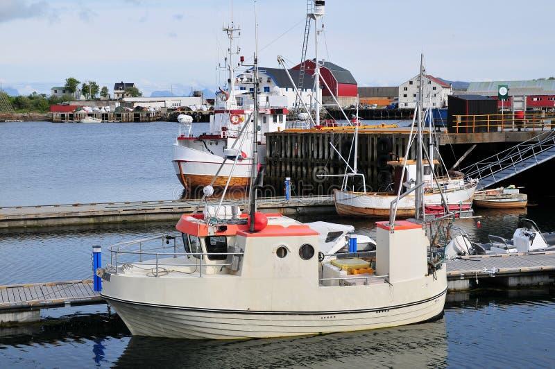 Små port och fartyg i det Norge landskapet arkivbild