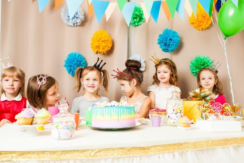 Små prinsessor firar födelsedag royaltyfri foto