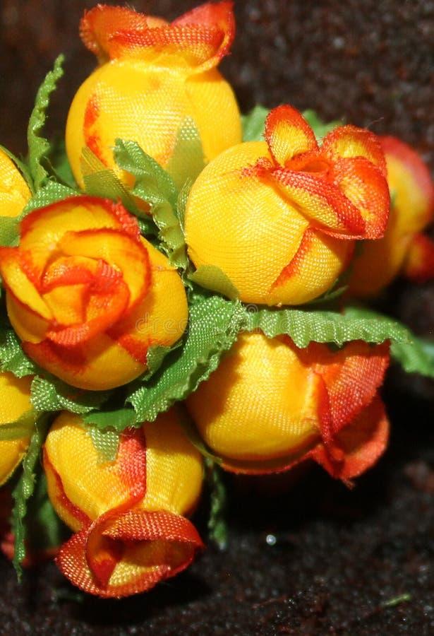 Små rosor i en bukett som ska dekoreras royaltyfri bild