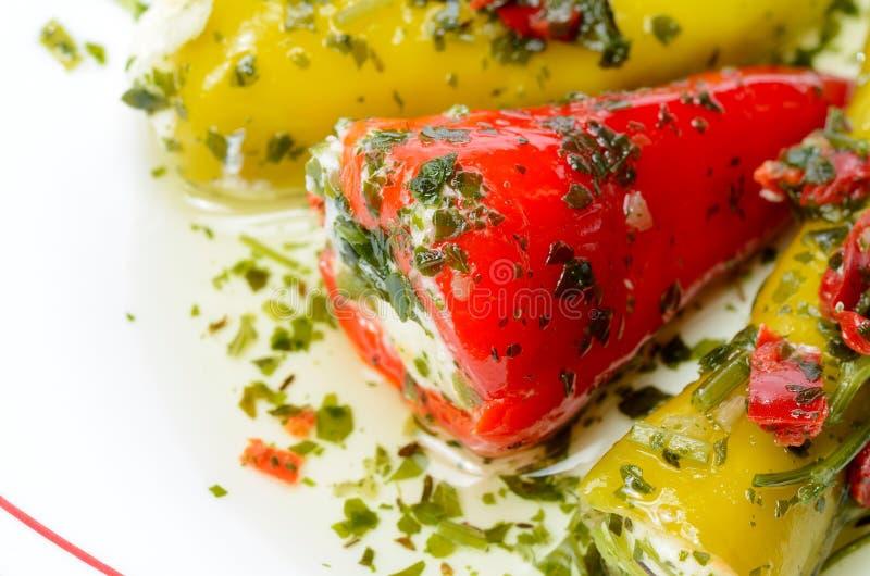 Små söta peppar som fylls med ost arkivfoton