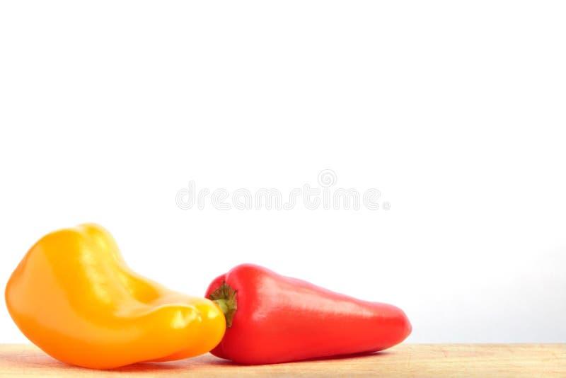 Små spanska peppar på brädet fotografering för bildbyråer